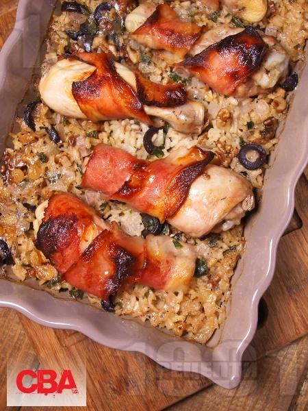 Печени пилешки бутчета в бекон с ориз със стафиди, орехи и маслини - снимка на рецептата